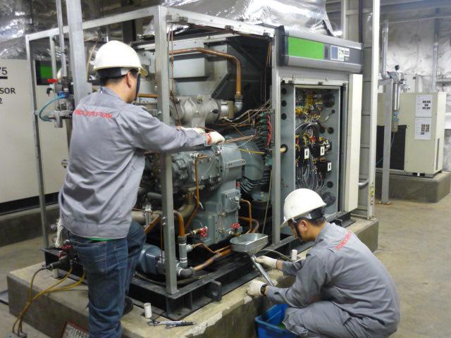 Kiểm tra lượng dầu trong máy bơm trước khi cho máy làm việc