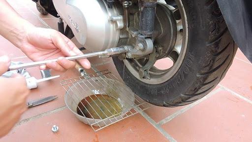 Xả hết dầu trục láp để loại bỏ nước