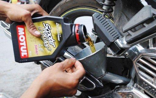 Đổ dầu nhớt mới cho xe
