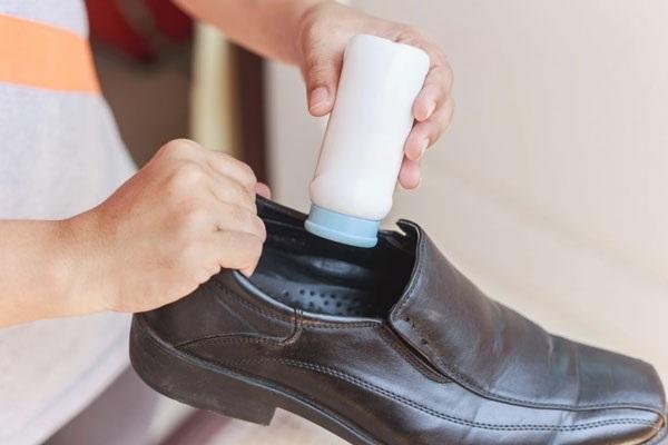 cách làm hết mùi hôi giày bằng phấn rôm