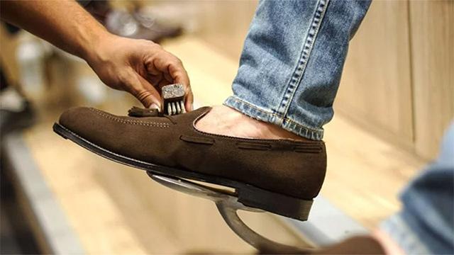 Chỉ sử dụng các phương pháp vệ sinh khô với giày da lộn