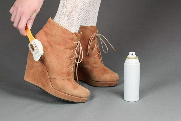 Dùng xịt dưỡng cho đôi giày da lộn luôn đẹp và loại bỏ vết mốc